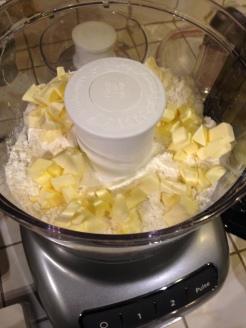 Mehl. Salz und Butter krümelig hacken